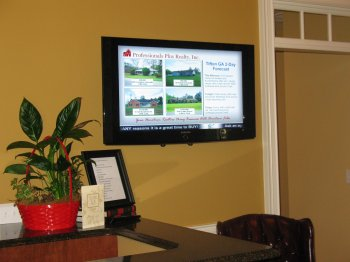 Pro Plus Realty uses digital signage in their lobby